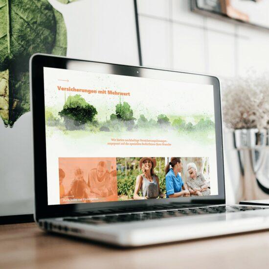 Laptop auf einem Schreibtisch. Auf dem Bildschirm des Laptops ist die Webseite von Anthrovita zu sehen.