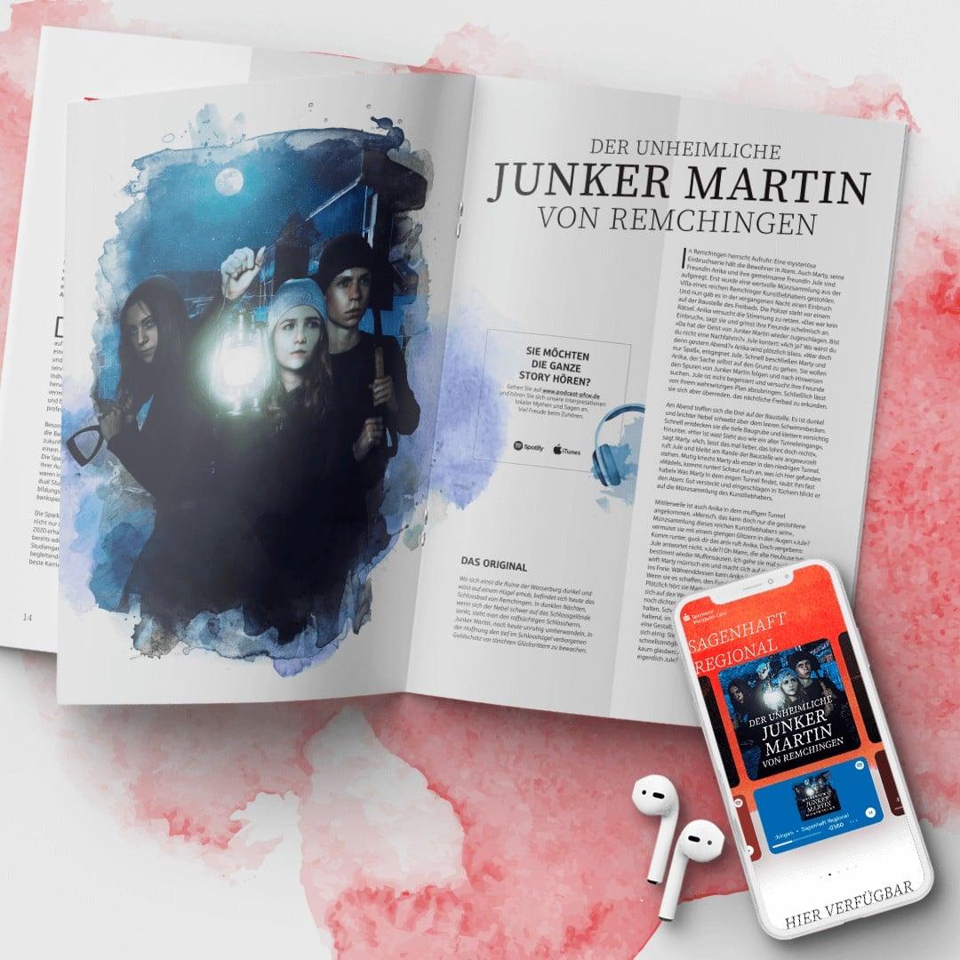 Aufgeschlagener Jahresbericht der Sparkasse Pforzheim-Calw. Daneben liegt ein Smartphone mit Kopfhörern. Auf dem Smartphone wird der Podcast zum Jahresbericht angezeigt.